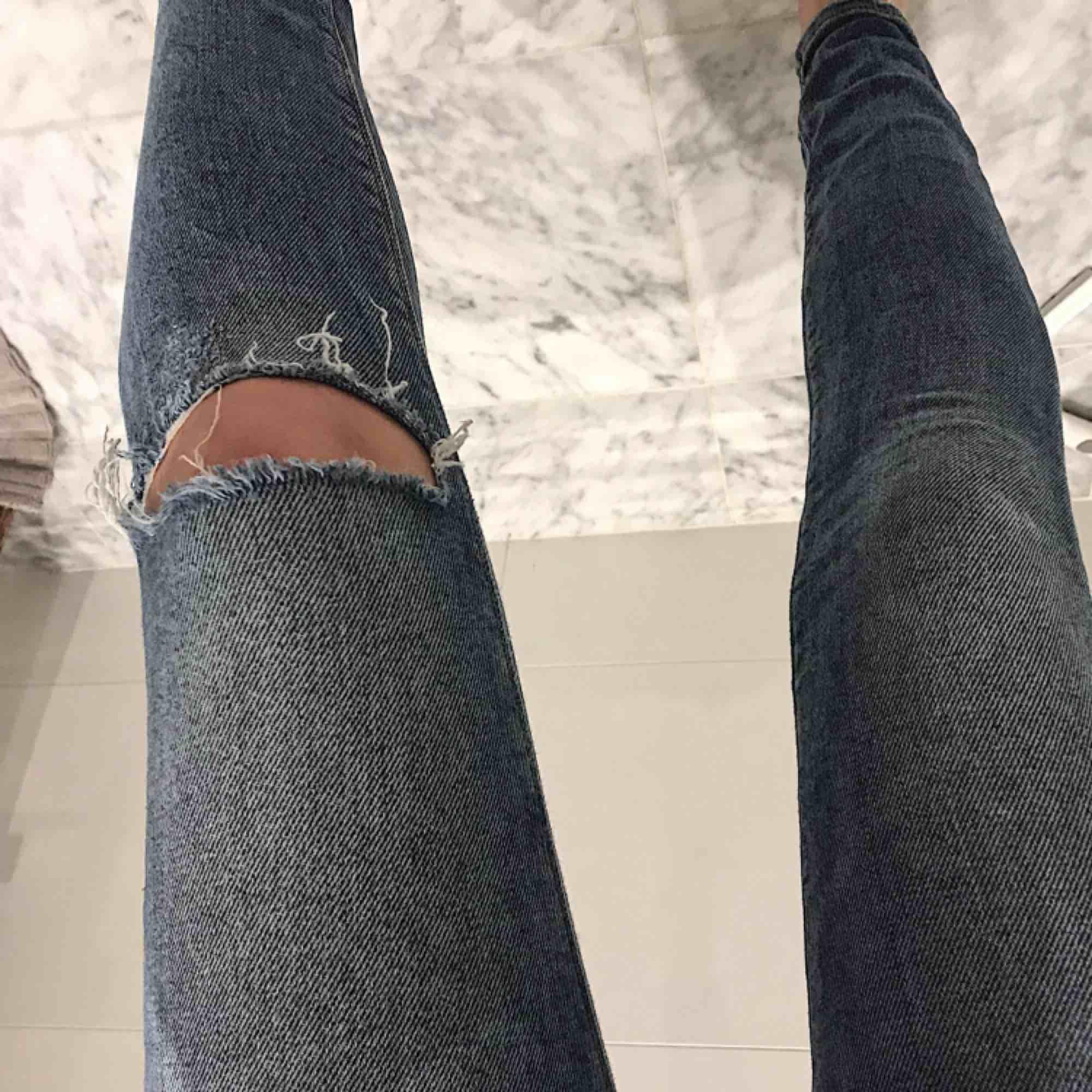Super nice högmidjade jeans från Zara. Storlek 34 😊. Jeans & Byxor.