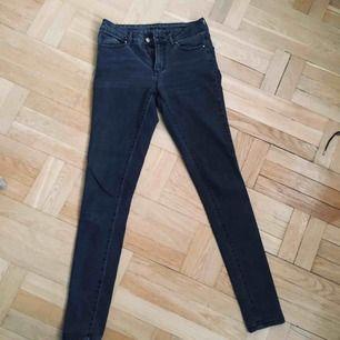 Gråsvarta slim fit jeans från vila. Sparsamt använda :)