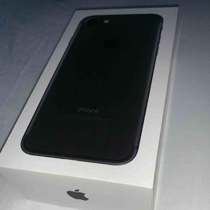 iPhone 7 32 BG matt svart, helt nya oanvända tillbehör (hörlurar, laddsladd, adapter). Telefonen har en liten skada på sidan av skärmen
