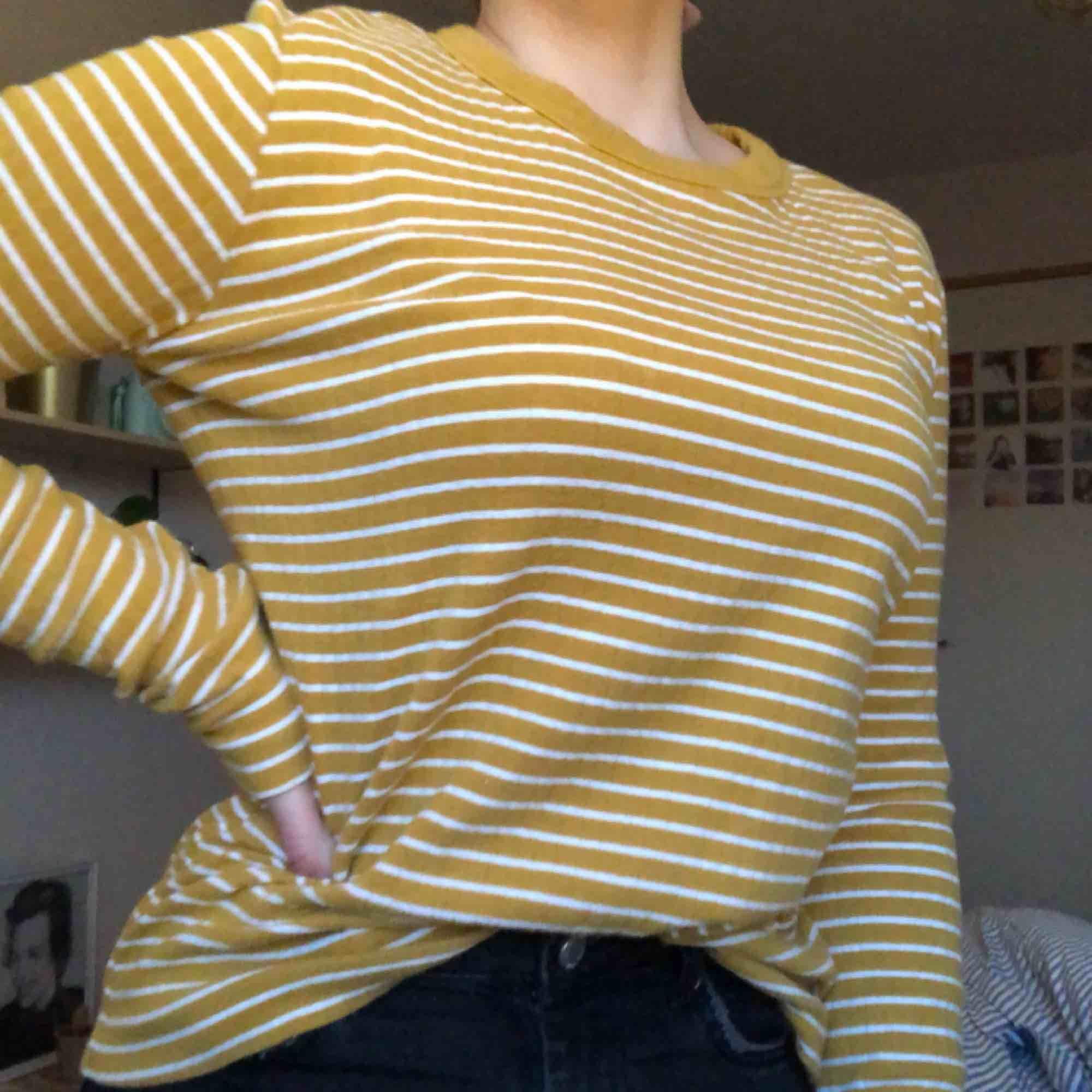 Jättefin randig tröja i en senapsgul färg. Köpt från weekday 🧡  Köparen står för frakten 🧡. Tröjor & Koftor.
