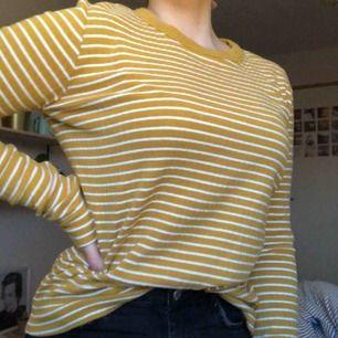 Jättefin randig tröja i en senapsgul färg. Köpt från weekday 🧡  Köparen står för frakten 🧡