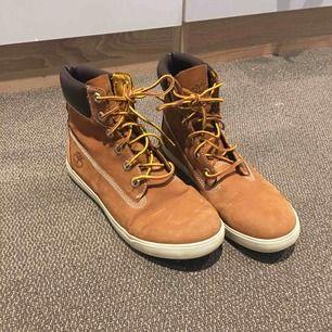 Äkta Timberland skor. Använd ytterst få gånger, som nya. Kommer tyvärr inte till användning längre. Bra i storleken. Super fina💕