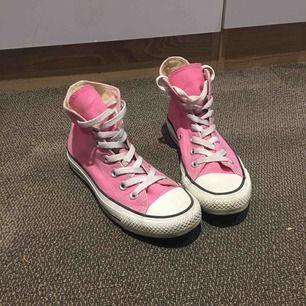 Äkta Converse skor i fin rosa färg. Sparsamt använda. En silverring på ena skon har lossnat (se bild 2) därav priset💕