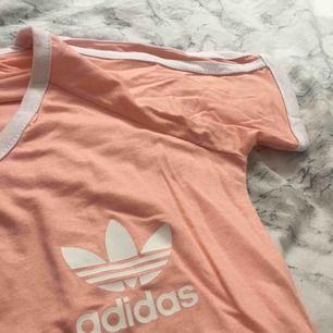 f40f8c5c3fa8 Jätte fin Adidas klänning, köptes på en loppis. Inte min stil så därför  säljer
