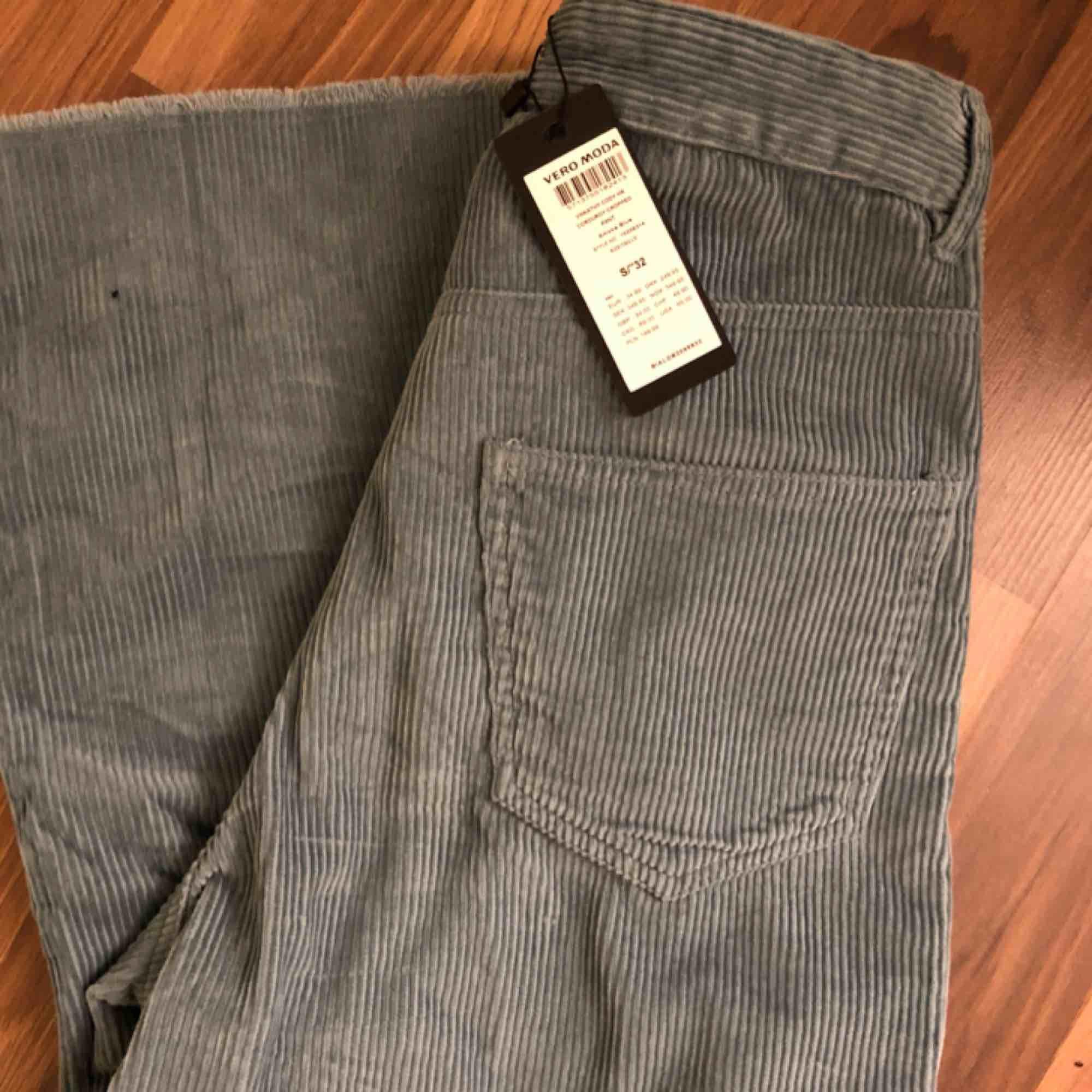 Super snygga manchester byxor som är vida i benen, aldrig använda prislapp kvar,  köpta för 350kr  Fraktar eller möts upp  Köparen står för frakten☺️. Jeans & Byxor.