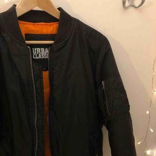 •Cool bomberjacka med orange insida. Den har även en ficka på vänster ärm som man kan få plats med t.ex nycklar i.  • Köpt från Junkyard, med märket Urban Classics. Den är använd enbart 1-2 gånger, alltså i väldigt fint skick🧡   Köparen står för frakt ⭐️