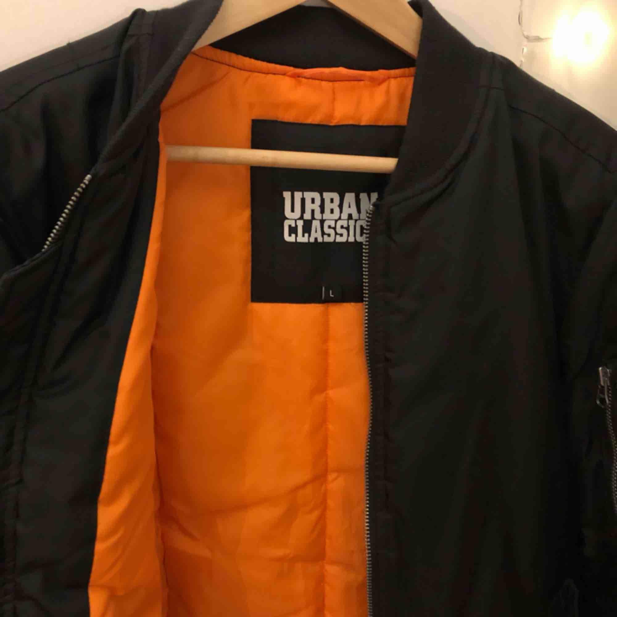 •Cool bomberjacka med orange insida. Den har även en ficka på vänster ärm som man kan få plats med t.ex nycklar i.  • Köpt från Junkyard, med märket Urban Classics. Den är använd enbart 1-2 gånger, alltså i väldigt fint skick🧡   Köparen står för frakt ⭐️. Jackor.