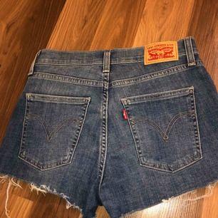 Jätte snygga shorts från Levis! Aldrig fått användning för de då jag inte gillar att ha på mig shorts. Passar en S/XS då de är väldigt stretchiga  Kan frakta och mötas, köparen står för frakten☺️