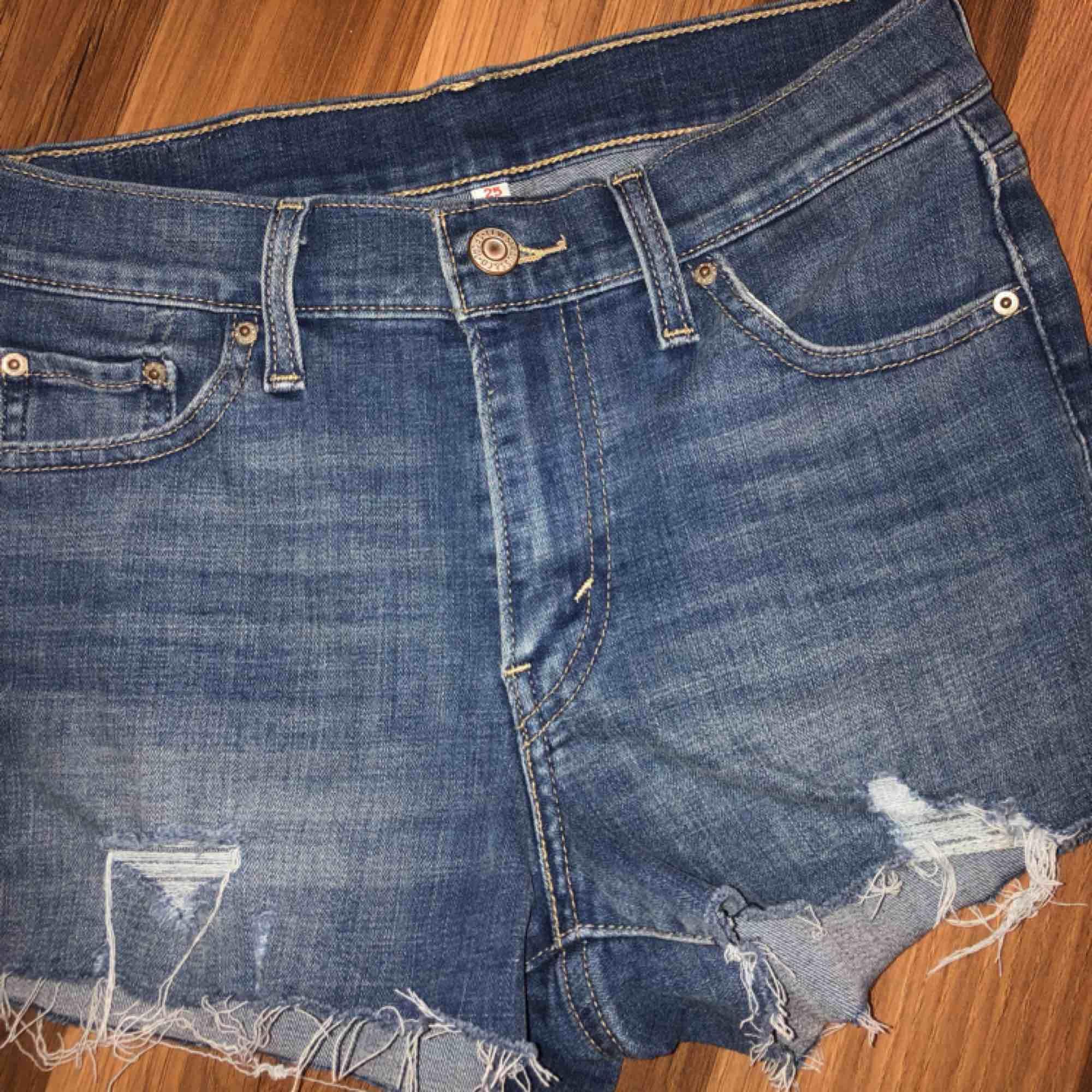 Jätte snygga shorts från Levis! Aldrig fått användning för de då jag inte gillar att ha på mig shorts. Passar en S/XS då de är väldigt stretchiga  Kan frakta och mötas, köparen står för frakten☺️. Shorts.