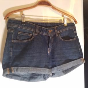 Mörkblå jeansshort