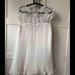 Säljer min älskade studentklänning! Ser som ny ut!Frakt ingår i priset!