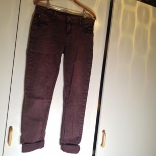 Mörklila jeans med smala ben