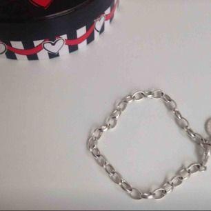Klassiska Thomas sabo berlock armbandet, säljer pga att ja ej fått användning av den. Originallådan ingår :)   Möts helst upp i Stockholm men kan frakta