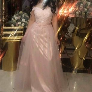 Bal/festklänning som passar till större evenemang.  Klänningen är använd 1 gång och är i mycket bra skick, (några få stenar och pärlor som lossnat.)   Klänningen är i storlek 40 vilket motsvarar s/m (se bild för exakta mått)  Nypris: 1200