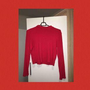 En väldigt skön röd turtleneck från H&M! VÄLDIGT fin under tröjor och är rätt så tunn så det blir inte så varmt med den:) Frakten är inkluderad i priset🌈🌈