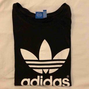 Oversized adidas t-shirt, köpt från Junkyard. Väl använd, mycket fint skick