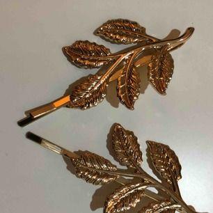 Fina guldfärgade hårspännen / hårnålar.  Nya och i bra kvalite.