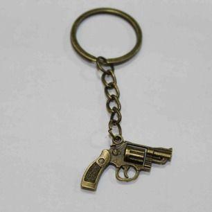 Sjukt cool nyckelring med pistol som hänge!!