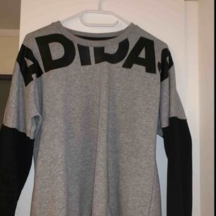Adidas tröja använd CA. 5 ggr i storlek L jag tkr dock att den är liten i storleken så jag skulle säga att den är som en M  Köparen betalat för frakten