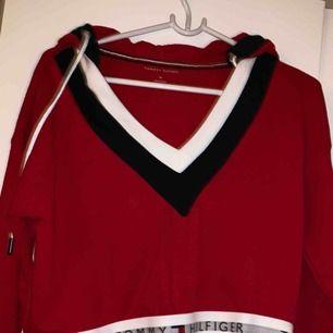 Tommy hillfiger tröja aldrig använd sitter fint på  köparen står för frakten
