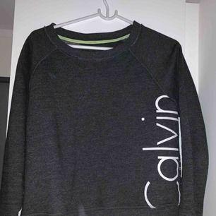 Grå calvin klein tröja i storleken M jätte fin men kommer tyvärr inte till användning Köparen står för frakt