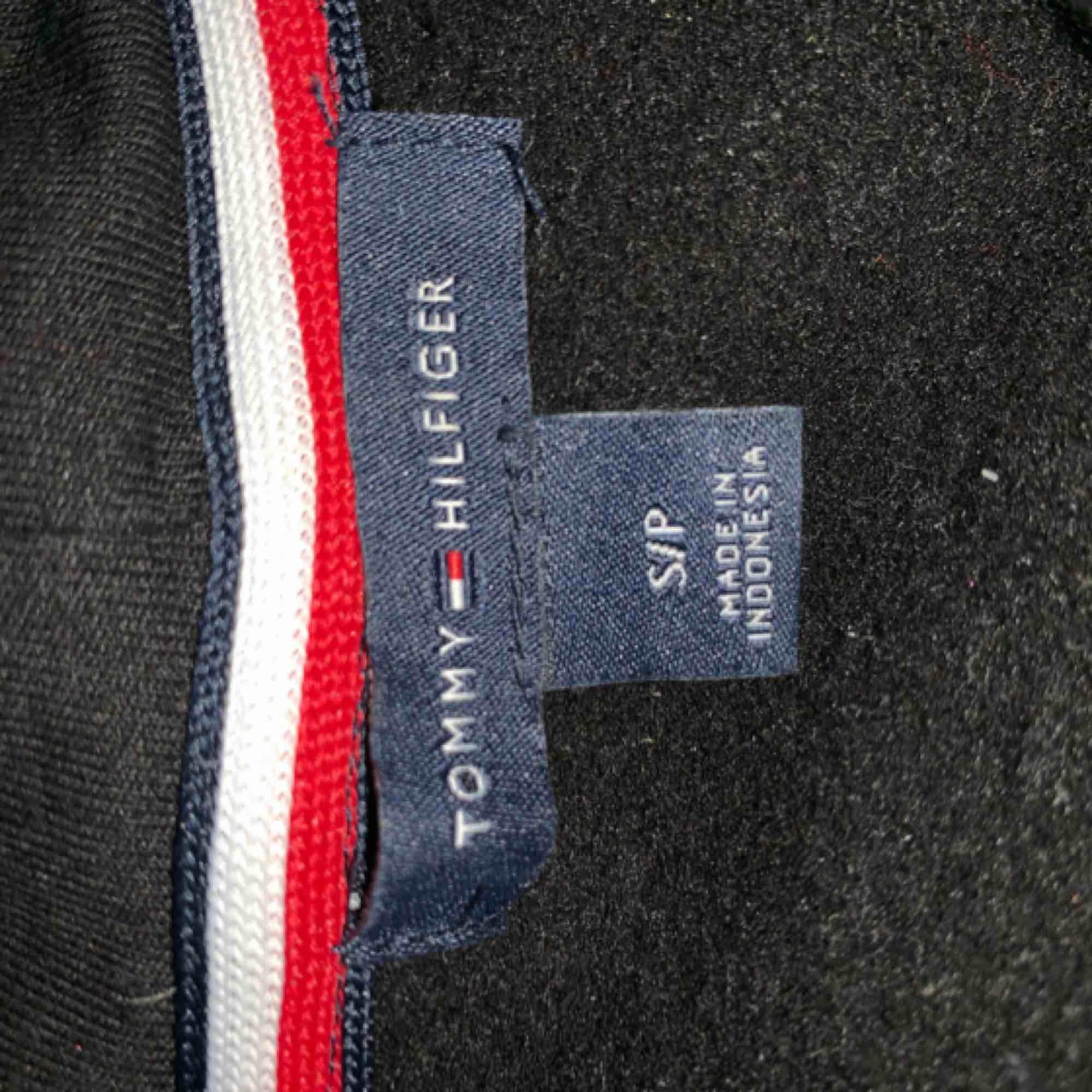 Tommy hillfiger tröja med text på armen lite för liten för mig tyvärr använd 2-3 gånger Köparen står för frakt. Tröjor & Koftor.