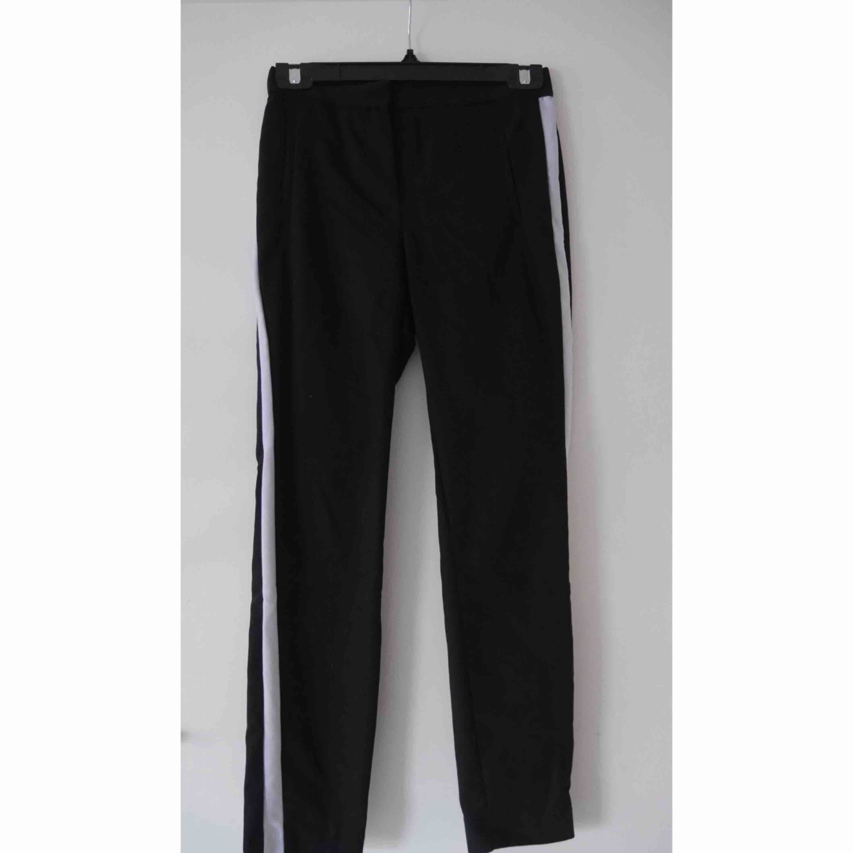 Ett par kostymbyxor från Zara i strl XS Andra bilden är hur de sitter på men de är SVARTA MED VIT KANT! Fraktkostnaden står köparen för. Jeans & Byxor.