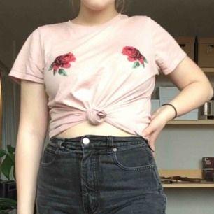 gammelrosa t-shirt från gina inköpt för nåt år sen! i fint skick. ser bra ut att stoppa in i jeans! möts upp i uppsala, fraktar ej :)