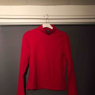Röd polo från Monki! Aldrig används, alltså i nyskick. Sitter tajt, normal i storleken.   Frakt tillkommer