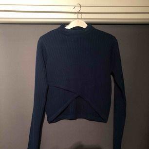 Mörkblå tröja med lite polo från Nelly. I bra skick, använd max 5 gånger!