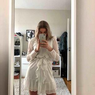 Jättefin klänning ifrån Nelly, använd endast en gång! Perfekt för student, skolavslutning, bal eller liknande. Passar 34-36 alltså xs-s.💓