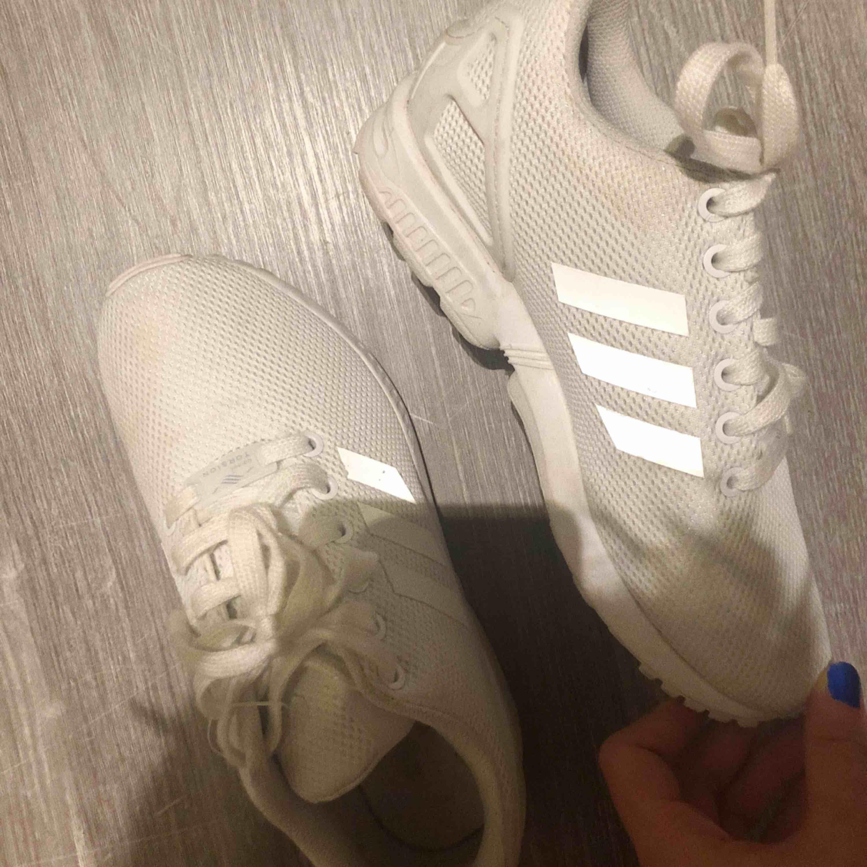 Skor från adidas, knappt använda. . Skor.