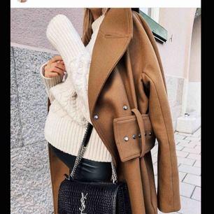 Säljer denna kappan som är på bilden, önskas fler bilder så är de bara att höra av sig. Sjukt snygg och lagom varm nu till våren