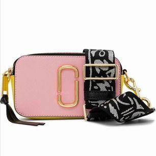 Säljer min fina Marc Jacobs snapshot bag i färgen baby pink. Den är i jättefint skick och använd i ca 2 månader! Pris kan diskuteras!!!