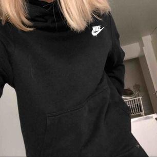 Svart hoodie från Nike i bra skick, frakt ingår i priset :)