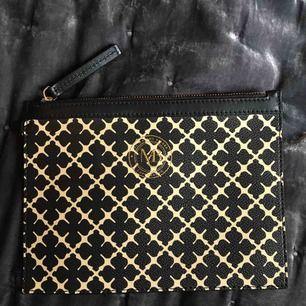 Säljer denna By Malene Birger kuvertväska för 299kr Nypris ca 600kr  Höjd 16cm Bredd 21cm