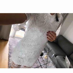 Helt ny oanvänd klänning från bubbelroom, passar perfekt till studenten eller annat tillfälle. frakt är inräknat i priset