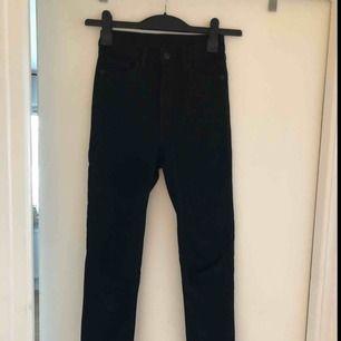 Jeans från Monki, strl 25. Ankellängd. Höga i midjan och fickor bak.