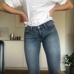 Levis 710 Super skinny jeans! Dock lite missvisande med super skinny, jag skulle säga att de passar storlek 25/26 eller då 32/34/36. Jag (som ni ser på bilden)  ha storlek 27 eller 36 i byxor vanligtvis, och är ca 1,67 lång. Inte särskilt använda 🤝
