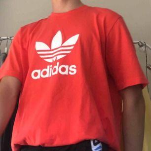 En T-shirt från adidas, en mycket fin sommar färg. Nästan aldrig använd. Köpt på Junkyard för ett tag sen, frakt tillkommer😊😆💌