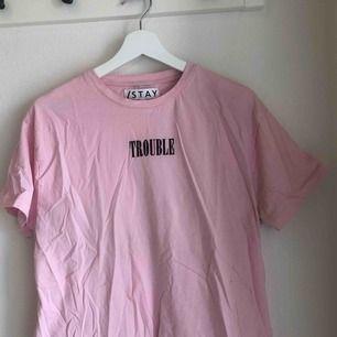 T-shirt med tryck i sammet från carlings. Använd en gång