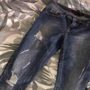 """Ett par Jeans ifrån märker denim rebel. Sitter skit snyggt på och har lite slitningar lite överallt. De är trasiga vid ett """"fäste"""" men går att lagas. Frakt tillkommer"""