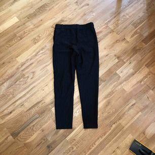 Sköna byxor från ONLY, svarta med smala vita ränder i stretchmaterial och med fickor. Använda ett fåtal gånger och i mycket bra skick. 110 kronor inkl frakt!