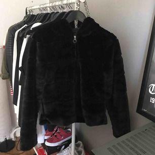 en oanvänd pälsjacka ifrån Only. köpt för ca 550kr men aldrig använd utomhus🦋kan frakta men köparen står för frakten🤩