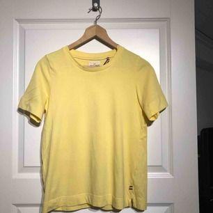 92675ba75b15 Ljusgul t-shirt från Lindex stl S. Använd 1 gång (1 skoldag)