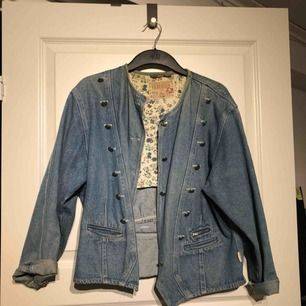 Vintage jeansjacka från Lindex, passar 38/40.  *Kan posta om köparen betalar fraktkostnad (80kr, postar i postnords blå kuvert)