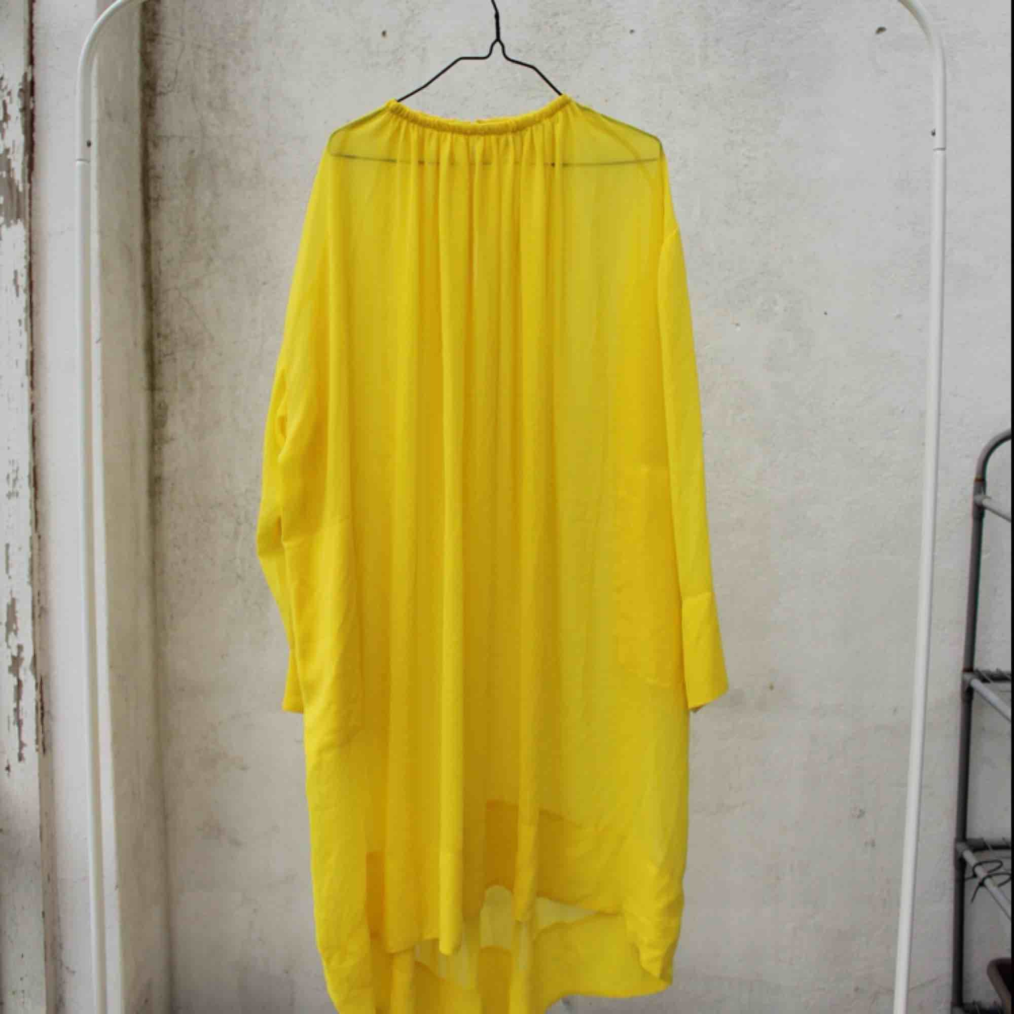 092a07ba5df9 gul genomskinlig klänning, perfekt till sommaren - vare sig till stranden  eller i staden ...