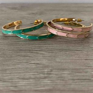 Ringar i rosa eller turkos med guldfärgade detaljer!