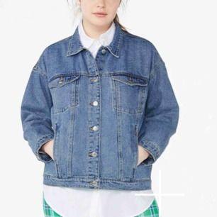 Säljer min älskade jeansjacka då den tyvärr inte kommer till användning längre