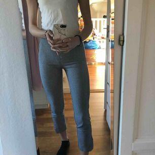 SUPERFINA rutiga byxor från hm, tyvärr kommer dom inte till användning lika mycket som jag trodde. Använda ett fåtal gånger. Jag är 173cm lång. Köparen står för frakt💗💗💗